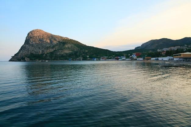 Paisagem com rochas e litoral da reserva