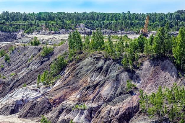Paisagem como um planeta superfície de marte. superfície terrestre preta marrom-avermelhada solidificada. terra rachada e queimada. pedreiras de argila refratárias. fundo natural.