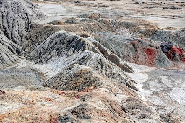Paisagem como um planeta superfície de marte. superfície terrestre preta marrom-avermelhada solidificada. terra rachada e queimada. pedreiras de argila refratárias.