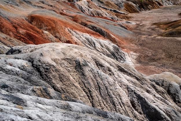 Paisagem como um planeta superfície estragada ural pedreiras de argila refratária endurecida terra de superfície marrom-avermelhada