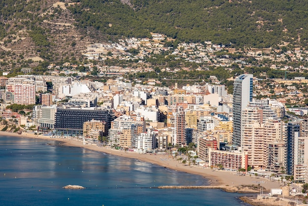 Paisagem costeira com edifícios à beira-mar, cidade de calpe, alicante, com edifícios altos