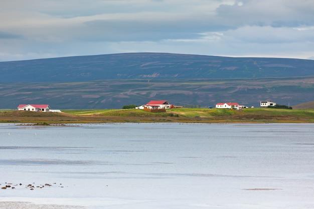 Paisagem costeira da islândia do norte com chalés