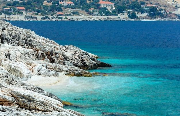 Paisagem costeira de verão com praia pequena (grécia, cefalônia)