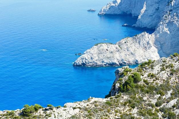 Paisagem costeira de verão (zakynthos, grécia, perto da baía de navagio).