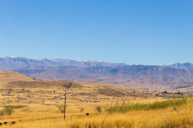 Paisagem da áfrica do sul ao longo da estrada para as montanhas do dragão.