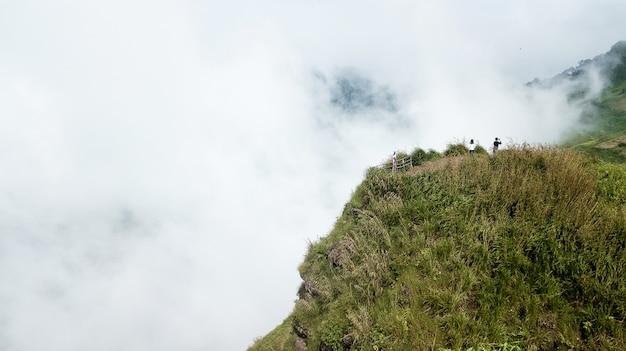 Paisagem da beira do penhasco e nevoeiro. ponto de vista na província de phetchabun, tailândia.