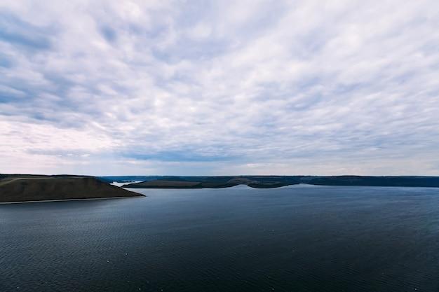 Paisagem da bela baía com costas de ilhas à distância