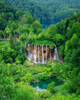 Paisagem da cachoeira da croácia dos lagos plitvice.