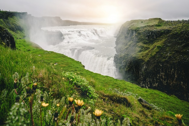 Paisagem da cachoeira de gullfoss na islândia.