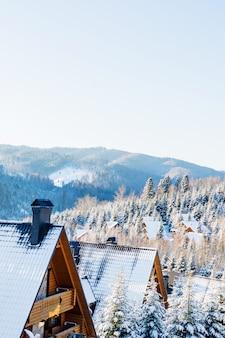 Paisagem da casa nas montanhas de inverno