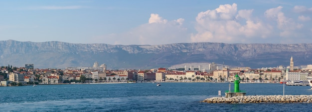 Paisagem da cidade de split cercada por colinas e o mar sob um céu nublado na croácia