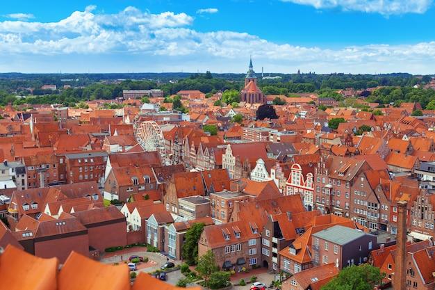 Paisagem da cidade. vista do topo da cidade alemã de luneburg.