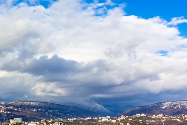 Paisagem da cordilheira, vista das montanhas no céu nublado. a vista do deck de observação (plataforma de observação)
