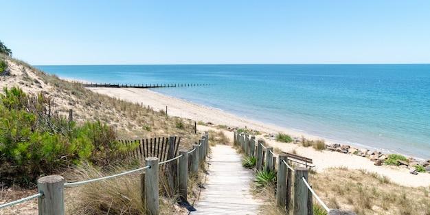 Paisagem da costa atlântica da ilha francesa de noirmoutier no modelo de banner da web