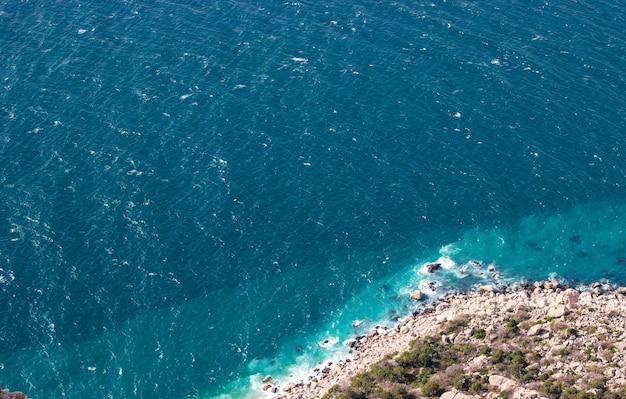 Paisagem da costa do mar negro com uma praia selvagem na baía