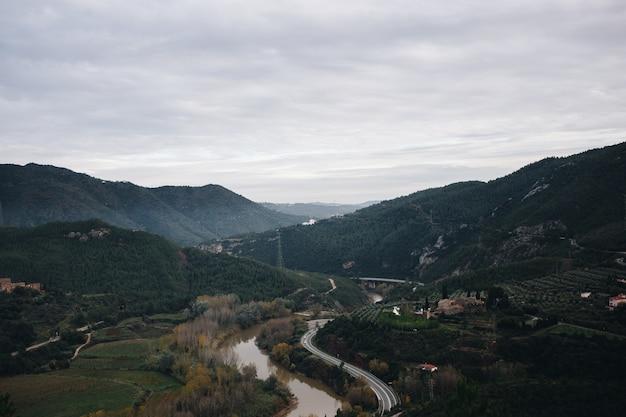 Paisagem da estrada da montanha e do vale do rio