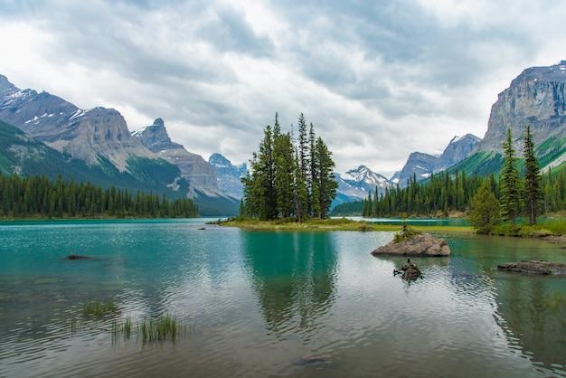 Paisagem da floresta de canadá da ilha do espírito com a montanha grande no fundo, alberta, canadá.