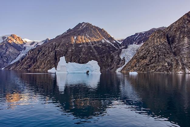 Paisagem da gronelândia com iceberg