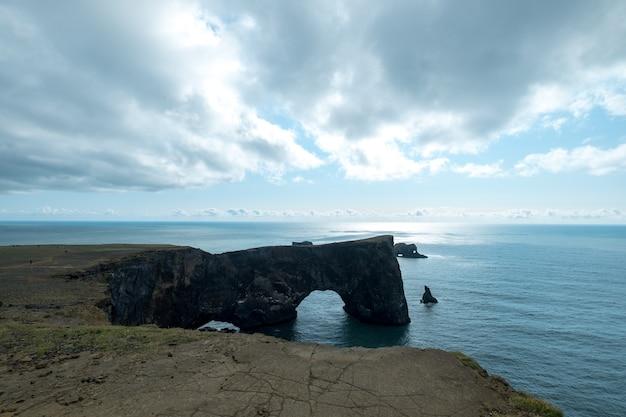 Paisagem da islândia, ponto de referência popular praia de areia preta em vik, islândia.