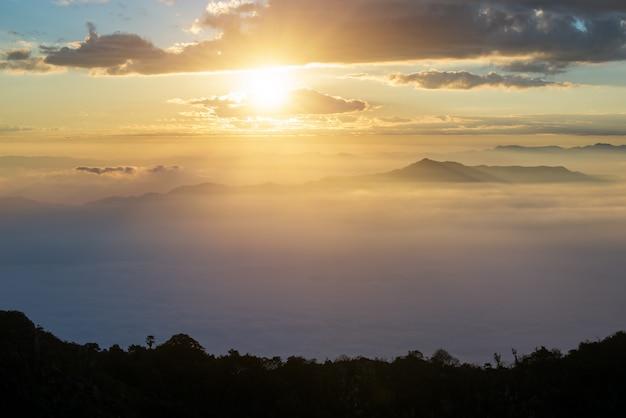 Paisagem da montanha de chiang dao com a nuvem em chiangmai, tailândia.