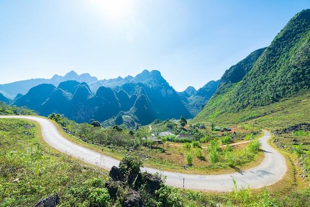 Paisagem da montanha do geopark do cársico do ha giang no vietname norte. estrada sinuosa em um cenário deslumbrante. laço de moto ha giang, famoso destino de viagem motociclistas pilotos fáceis.