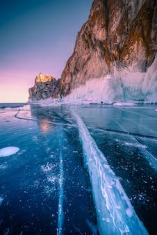 Paisagem da montanha no por do sol com gelo de quebra natural na água congelada no lago baikal, sibéria, rússia.