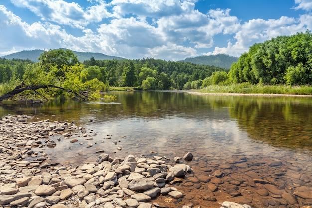 Paisagem da natureza do verão com rio, montes e floresta. dia quente de sol