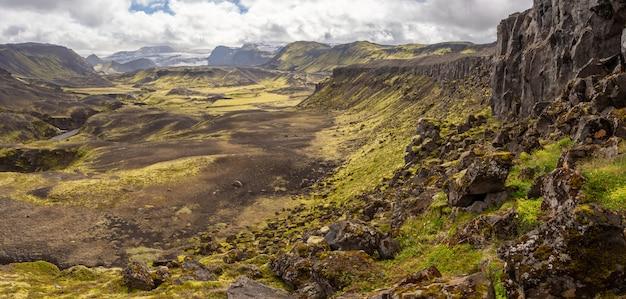 Paisagem da natureza vulcânica rochosa de landmannalaugar na islândia na caminhada de laugavegur