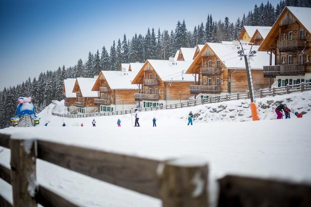 Paisagem da pista de esqui no resort nos alpes austríacos
