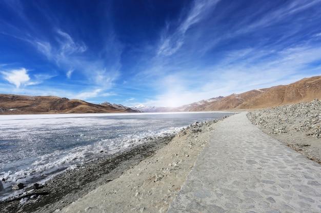 Paisagem da praia com um caminho