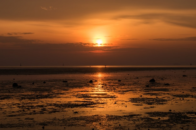Paisagem da praia de ilha tropical paradisíaca, tiro do nascer do sol