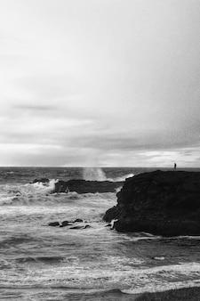 Paisagem da praia em preto e branco