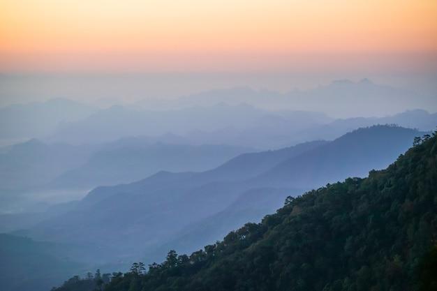 Paisagem da tailândia com nuvens ao nascer do sol