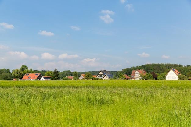 Paisagem da zona rural alemã. campos agrícolas, vilas e florestas.