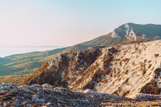 Paisagem das montanhas da crimeia ao entardecer no outono