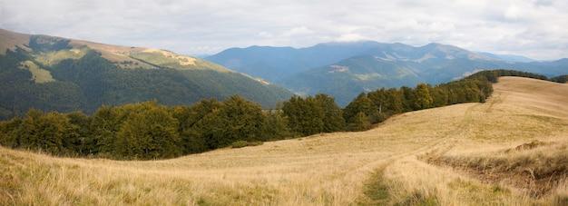 Paisagem das montanhas dos cárpatos (ucrânia) e neve no topo distante. imagem composta de três tiros.