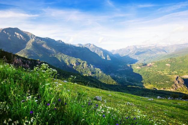 Paisagem das montanhas dos pirenéus. huesca