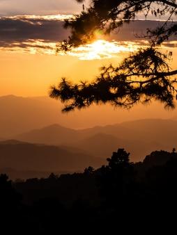 Paisagem das montanhas e do pôr do sol, thsiland