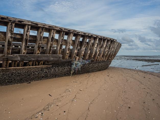 Paisagem das praias com falhas de mar e barco, pattaya tailândia.