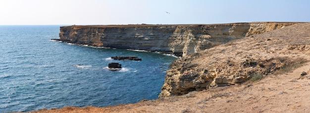 Paisagem das rochas do mar negro na costa com águas azuis cristalinas