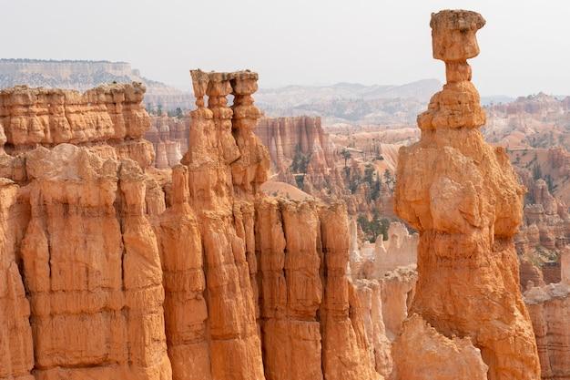 Paisagem das terras áridas no parque nacional bryce canyon em utah, os eua