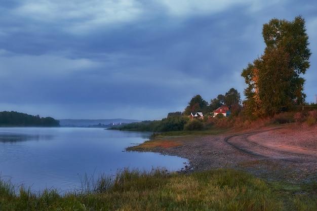 Paisagem de bela manhã do rio na aldeia, nascer do sol na zona rural. o céu azul se reflete no rio