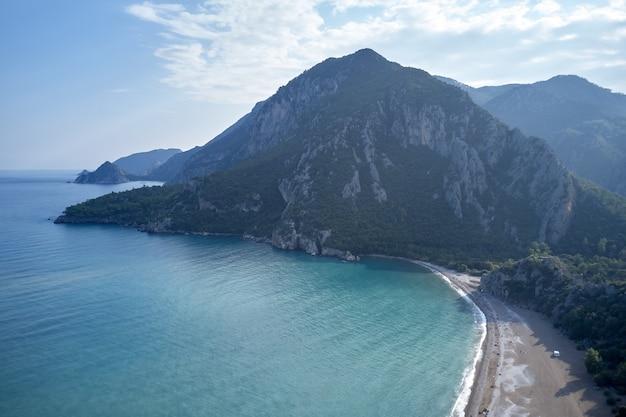 Paisagem de bela natureza. água do mar turquesa, costa e montanhas ao fundo. vista de cima.