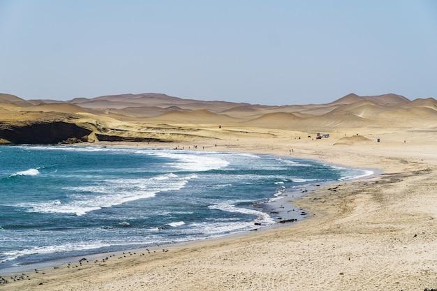 Paisagem de bela praia no deserto