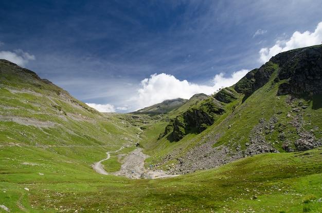 Paisagem de belas montanhas no himalaia
