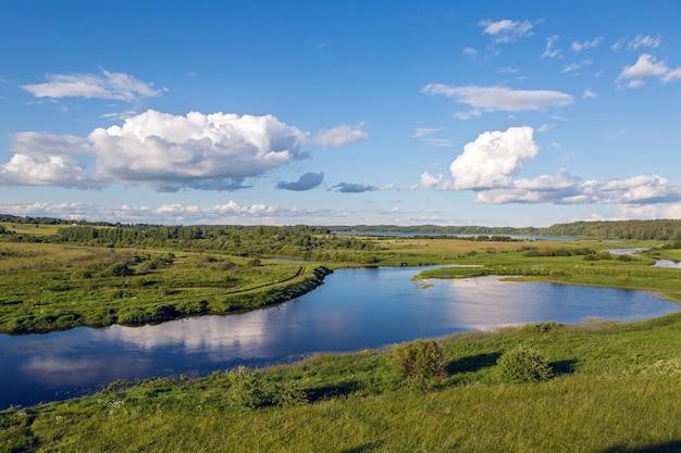 Paisagem de belo dia com lago, rio, árvores