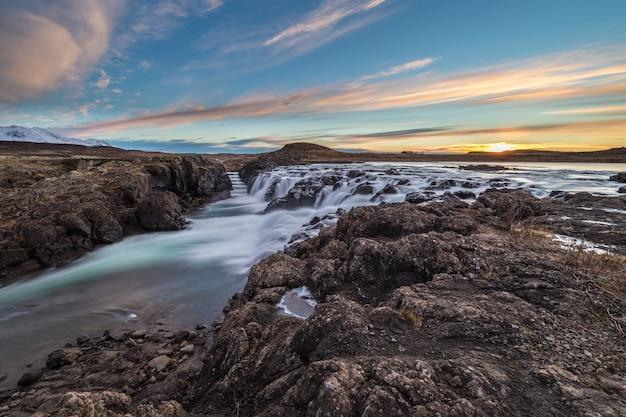 Paisagem de cachoeiras e rios em terras islandesas