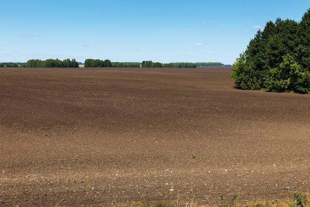 Paisagem de campo arado. campo arado na primavera preparado para a semeadura