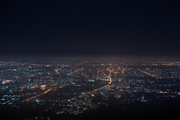 Paisagem de cidade luz bokeh no céu noturno com muitas estrelas