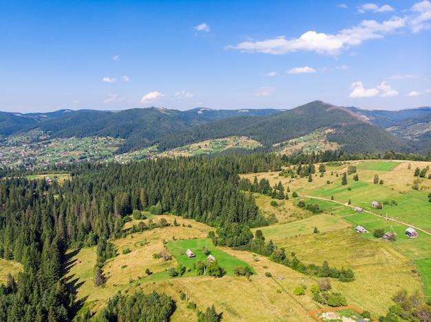 Paisagem de cidade montanha vale vale na frente. vista para a aldeia vale da montanha. cena de cidade de vale da montanha - estilo de vida saudável, viagens, viagem de fim de semana, conceito de turismo verde
